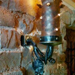 Kované nástenné svietidlo z tepanej mede - historická lampa