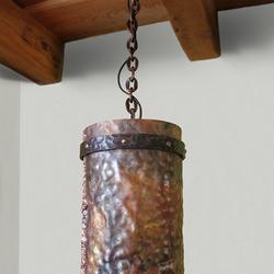 Historické svietidlo z tepanej mede - ručne vykovaná dizajnová lampa zavesená na reťazi