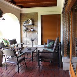 Kované svietidlá a nábytok na terase navrhnutý a ručne vyrobený v ateliéri umenia a dizajnu UKOVMI