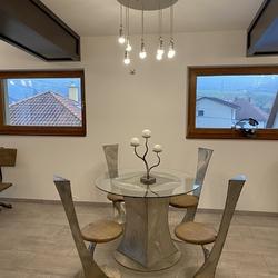 Moderný nerezový nábytok - stôl, stoličky a svietidlo ručne vyrobené v UKOVMI