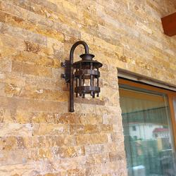 Štýlové svietidlo s historickým dizajnom ako súčasť vonkajšieho osvetlenia rodinného domu - nástenná lampa na terase