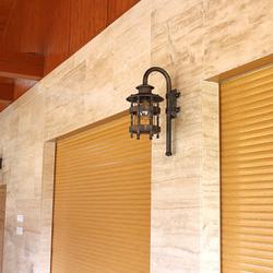 Ručne kovaná lampa HISTORIK na terase rodinného domu - exteriérové osvetlenie