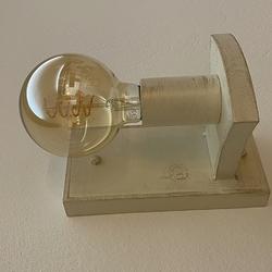 Štýlová lampa v rustikálnom prevedení - nástenné svietidlo v bielej farbe so zlatou patinou