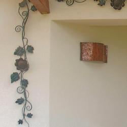Exteriérové medené svietidlo na terase rodinného domu - dizajnová nástenná lampa