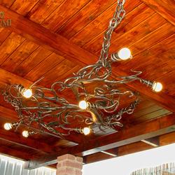 Moderné svietidlo s prírodným motívom - ručne kovaný luster KOREŇ ako luxusné osvetlenie letného altánku