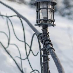 Luxusné stojanové svietidlo KLASIK malý ako súčasť oplotenia chalupy - vonkajšie osvetlenie