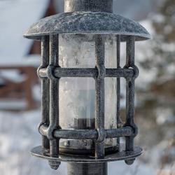 Exkluzívne stojanové svietidlo v striebornej patine - pohľad zblízka - štýlové osvetlenie exteriéru