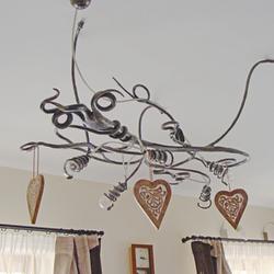 Závesný luster KOREŇ v obývačke rodinného domu v modernom štýle - moderný luster do interiérových priestorov