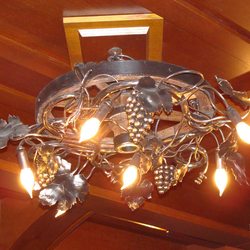 Výnimočné svietidlo s umeleckým dizajnom vyhotovené pre luxusnú vínnu pivnicu - štýlové svietidlo