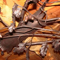 Luxusné závesné svietidlo ručne vykované ako dubový konár - pohľad na detail svietidla