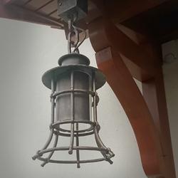 Exteriérové závesné svietidlo s historickým dizajnom vykované do tvaru zvona - vonkajšie osvetlenie