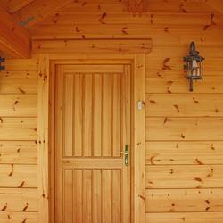 Osvietenie vstupu do chalupy v tatranskom prostredí nástennými svietidlami KLASIK - luxusné svietidlá