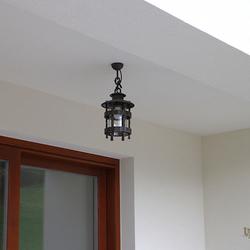Kované závesné svietidlo HISTORIK na terase rodinného domu - exkluzívne svietidlá
