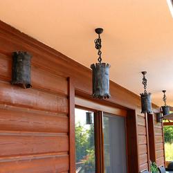 Luxusné osvetlenie chalupy závesnými svietidlami s prírodným motívom kôry stromu - exteriérové svietidlá