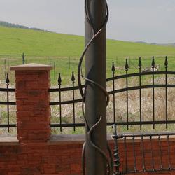 Luxusné stĺpové svietidlo v záhrade rodinného domu - ručne kované svietidlo upravené podľa priania klienta - záhradné lampy