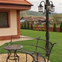 Exteriérové stĺpové svietidlo s tromi lampášmi ručne vykované na  vysvietenie záhrady rodinného domu
