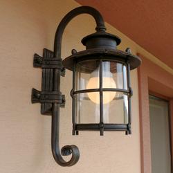 Ručne kované nástenné svietidlo KLASIK na rodinnom dome upravené podľa priania klienta - záhradné svietidlá