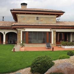 Celkový pohľad na rodinné sídlo osvietené bočnými svietidlami KLASIK ZVON a ďalšie doplnky z UKOVMI