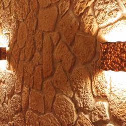 Osvetlenie vínnej pivnice lampami z tepanej mede v historickom štýle - interiérové svietidlá