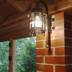 Osvetlenie letného uzavretého altánku vo vintage štýle nástennými lampami KLASIK