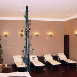 Výnimočné zladenie kovaných svietidiel so svietnikmi - SLNEČNICA - wellness v hoteli v Tatrách