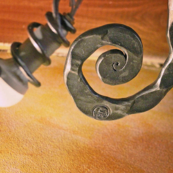 Luxusný luster - ručne kované svietidlo v modernom štýle s pečaťou UKOVMI - detail svietidla