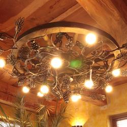Umelecké ručne vykované závesné svietidlo s lesným motívom sosny - luxusné svietidlo do interiéru