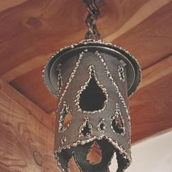 Dizajnové ručne kované svietidlo IDEÁL - interiérové závesné svietidlo je na obrázku v medenej patine