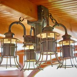 Závesný štvorramenný luster navrhnutý a vyhotovený pre letný altánok ako jedna z možností rôznych kombinácií osvetlenia