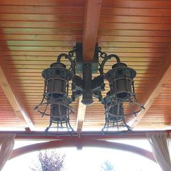 Ručne kované štvorramenné svietidlo KLASIK ZVON - dizajnový luster v letnom altánku