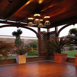 Historické závesné svietidlá v letnom altánku - štvorramenný luster vhodný do interiéru a exteriéru