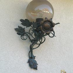 Umelecké svietidlo vykované do tvaru slnečnice na terase rodinného domu - luxusná exteriérová lampa