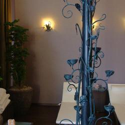 Štýlový svietnik a svietidlá navrhnuté a ručne vykované v ateliéri dizajnu a umenia UKOVMI