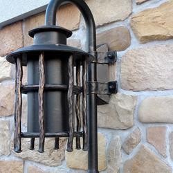 Exkluzívne nástenné svietidlo BABIČKA ako osvetlenie rodinného domu - záhradné ručne kované svietidlo z UKOVMI
