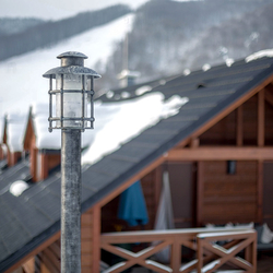 Stĺpové kované svietidlo s jednou lampou v striebornej patine - luxusné osvetlenie vo vysokej kvalite