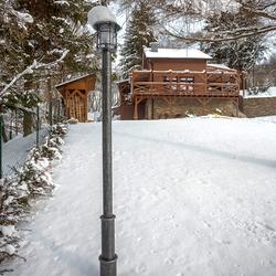 Exkluzívne stĺpové svietidlo KLASIK pri chalupe pod lesom - záhradná lampa je povrchovo upravená striebornou patinou