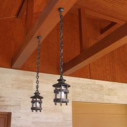Historické závesné svietidlá s predĺženou reťazou na terase rodinného domu - exteriérové osvetlenie