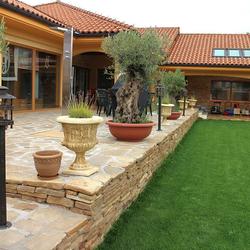 Osvetlenie terasy a záhrady stojanovými svietidlami s historickým dizajnom - záhradné kované lampy