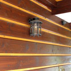 Ručne kované bočné svietidlo vyrobené pre penzión v Slovenskom raji - na obrázku je lampa v striebornej patine