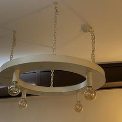 Dizajnové závesné svietidlo - interiérový kovaný luster v bielej farbe so zlatou patinou