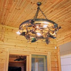 Dizajnové stropné svietidlo na chalupe v Tatrách - ručne kovaný umelecký luster s pečaťou UKOVMI