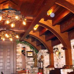 Celkový pohľad na kompletné osvetlenie vínnej pivnice - luxusné závesné a nástenné svietidlá s motívom viniča