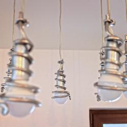 Detailný pohľad na špirálky na modernom závesnom svietidle
