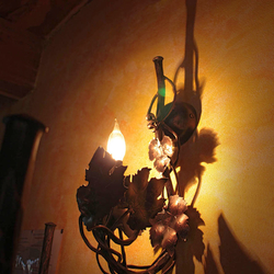 Kované bočné osvetlenie s prírodným motívom viniča z ateliéru umenia a dizajnu UKOVMI