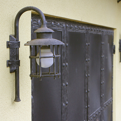 Exteriérové ručne kované lampy KLASIK pri ateliéri kováčskeho umenia UKOVMI v striebornej patine