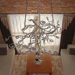 Majestátny kovaný luster KOREŇ - luxusné závesné svietidlo v hale horskej chalupy - pohľad zhora