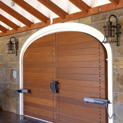 Vstupná brána osvetlená ručne kovanými svietidlami s historickým motívom - exteriérové svietidlá