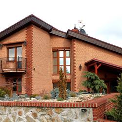 Celkový pohľad na rodinný dom osvetlený svietidlami KLASIK a KLASIK ZVON