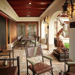 Luxusné zariadenie a osvetlenie súkromnej terasy - exkluzívny nábytok a svietidlá z prírodných materiálov - kov, koža, kameň