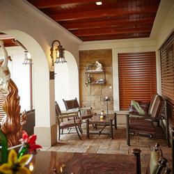 Dizajn luxusnej terasy navrhnutý v UKOVMI, kde sa nábytok a svietidlá hneď aj tvoria...